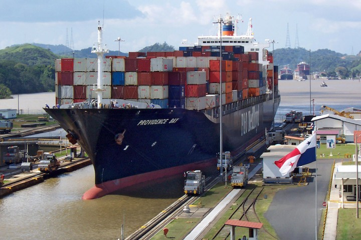 A ship entering one of the Panama Canal locks (Photo: Biberbaer/Wikimedia Commons)